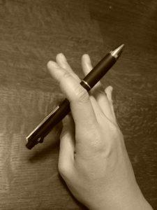 万年筆を持つ手